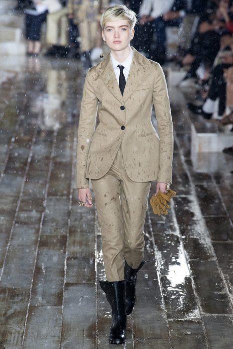 Брючный костюм от Dior на круизном показе