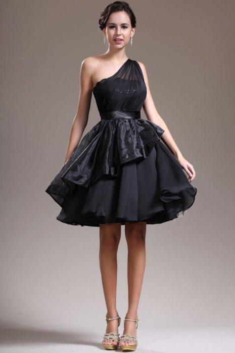 Маленькое чёрное вечернее платье
