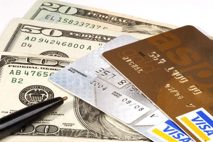 Собираясь в отпуск не забудьте деньги и кредитные карты